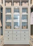 O grande armário de pessoas sem marcação branco com prateleiras imagem de stock royalty free