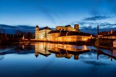 O grande castelo em Jindrichuv Hradec na noite imagens de stock