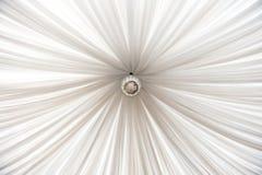 O grande disco espelhado pendura no teto foto de stock royalty free