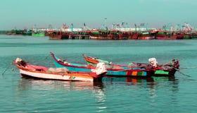 O grande e os botes estacionados no arasalaru do rio para aprontar-se para travar peixes foto de stock