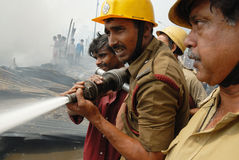 O grande incêndio estoira no precário de Kolkata Foto de Stock Royalty Free