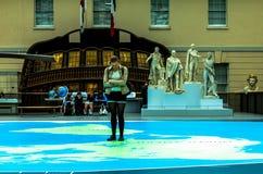 O grande mapa - um mapa gigantesco de todos os mares, oceanos e continentes e estátuas de grandes capitães britânicos históricos  imagem de stock royalty free