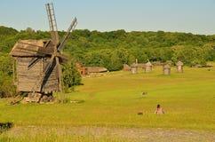 O grande moinho de vento velho está em um gramado Fotografia de Stock