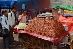 O grande montão de datas secas frutifica na rua Fotos de Stock