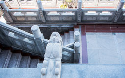 O Grande Muralha em China Dragão-deu forma às pedras que decoram as paredes da maneira da caminhada em um templo chinês do templo Fotos de Stock