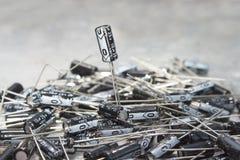 O grande número de capacitores é ficado situado em uma tabela do computador Imagens de Stock Royalty Free