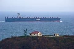 O grande navio de recipiente APL SOUTHAMPTON passa não longe do cabo Louro de Nakhodka Mar do leste (de Japão) 05 05 2014 Fotografia de Stock Royalty Free