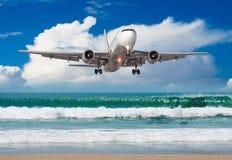 O grande plano aproxima a aterrissagem no ponto baixo do aeroporto sobre uma praia tropical fotos de stock royalty free