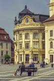 O grande quadrado e a câmara municipal, Sibiu, Romênia Foto de Stock