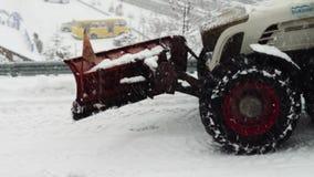 O grande trator limpa a neve na rua video estoque