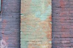 O grande verde pintou a coluna do tijolo centrada em uma parede velha do rosa roxo e salmon fotos de stock