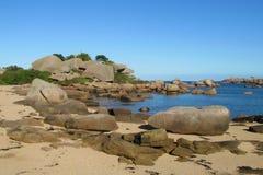 O granito balança na costa de mar, Costa de Granit Rosa em França Imagens de Stock