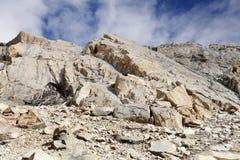 O granito frágil e altamente fraturado balança perto do la de Khardung (a passagem) imagem de stock