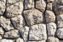 O granito natural da pedra da parede de alvenaria do contraste é um teste padrão da textura, do material e do fundo com pedras co Fotos de Stock Royalty Free