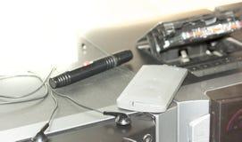 O gravador de rádio velho retro da gaveta de 80s e os fones de ouvido fronteiam o fundo verde da hortelã Foto filtrada estilo do  Fotos de Stock