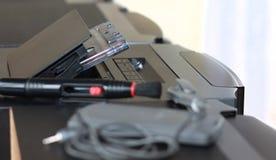 O gravador de rádio velho retro da gaveta de 80s e os fones de ouvido fronteiam o fundo verde da hortelã Foto filtrada estilo do  Fotografia de Stock Royalty Free