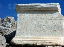 O grego rotula a inscrição na chapa de pedra em Atenas, Grécia Fotografia de Stock
