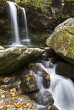 O Grotto cai no outono, grandes montanhas fumarentos NP fotos de stock