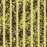 O Grunge manchou o teste padrão sem emenda do vetor preto e amarelo Fundo textured listrado ilustração stock
