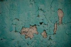 O grunge velho resistido desintegrou-se descascando o fim emplastrado pintado verde do detalhe da superfície da parede da casa ac imagem de stock