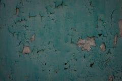 O grunge velho resistido desintegrou-se descascando o fim emplastrado pintado verde do detalhe da superf?cie da parede da casa ac imagem de stock