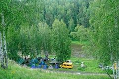 O grupo acampa perto do rio rápido Fotos de Stock