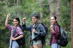 O grupo asiático de jovens que caminham com amigos backpacks walkin imagens de stock royalty free