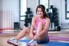 O grupo bonito do homem das mulheres está fazendo o esporte em um gym fotos de stock royalty free