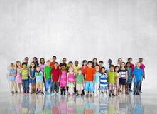 O grupo caçoa o conceito global ocasional diverso das crianças junto Imagem de Stock Royalty Free