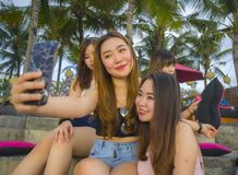 O grupo com as mulheres chinesas e coreanas asiáticas felizes e atrativas novas que penduram para fora, as amigas que apreciam fe fotos de stock