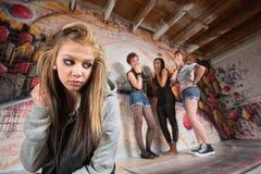 O grupo cruel tiraniza a menina Foto de Stock