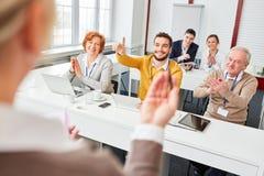 O grupo dá o aplauso no seminário do negócio fotografia de stock royalty free