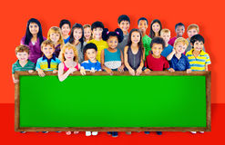 O grupo da amizade da diversidade caçoa o conceito do quadro-negro da educação Fotos de Stock Royalty Free