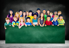 O grupo da amizade da diversidade caçoa o conceito do quadro-negro da educação Imagens de Stock