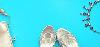 O grupo da bandeira de plano dos acessórios de forma coloca a cor da prata da joia da colar da bolsa das sapatas no espaço azul d fotos de stock royalty free