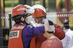 O grupo da emergência enfaixa umas vítimas wonded principais Fotos de Stock Royalty Free