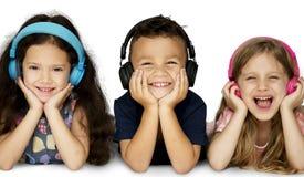 O grupo da felicidade de crianças bonitos e adoráveis estabelece fotos de stock royalty free