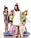 O grupo de adolescentes comemora o aniversário. Fotos de Stock Royalty Free