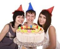 O grupo de adolescentes comemora o feliz aniversario. Foto de Stock