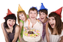 O grupo de adolescentes comemora o feliz aniversario. Imagem de Stock