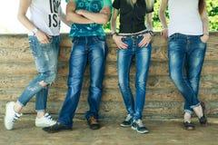 O grupo de adolescentes nas calças de brim Imagens de Stock Royalty Free