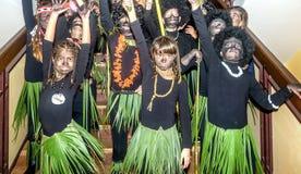 O grupo de alunos vestiu-se em trajes africanos do tribo Foto de Stock Royalty Free