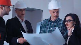 O grupo de arquitetos discute o desenho video estoque