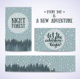 O grupo de bandeiras e os cartões com céu noturno com estrelas e vetor da floresta entregam a ilustração tirada Imagens de Stock