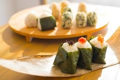O grupo de bola de arroz `` Onigiri `` é uma refeição típica em Japão O povo japonês agarra algum arroz em bolas com uma forma do Imagem de Stock Royalty Free