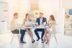 O grupo de businesspartners novos bem sucedidos está tendo o co sério foto de stock royalty free