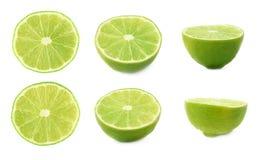O grupo de cal maduro corta ao meio isolado sobre o fundo branco, três escorços diferentes Foto de Stock