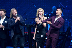 O grupo de cantores executa na fase durante concerto do aniversário do ano de Viktor Drobysh o 50th em Barclay Center Foto de Stock