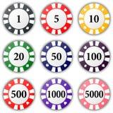 O grupo de casino colorido lasca-se em um fundo branco Imagens de Stock Royalty Free