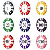 O grupo de casino colorido lasca-se em um fundo branco Fotos de Stock Royalty Free